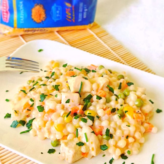Náhľad receptu Tarhoňa s kuracími prsiami, zeleninou a syrovou omáčkou